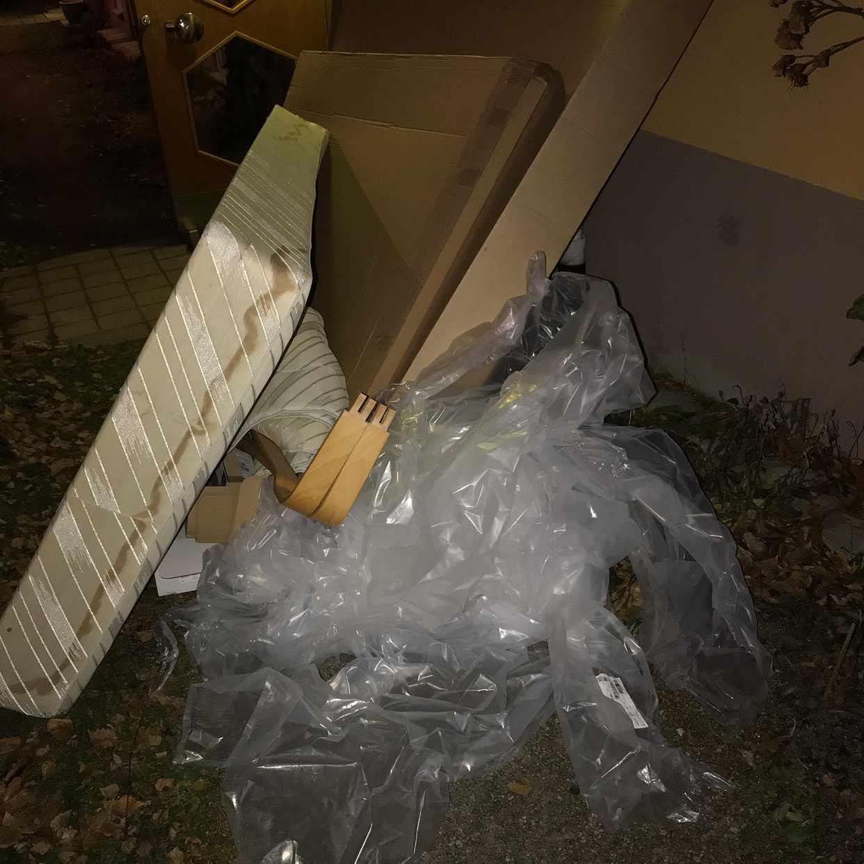 image of 90säng, kartong, plast - Solna