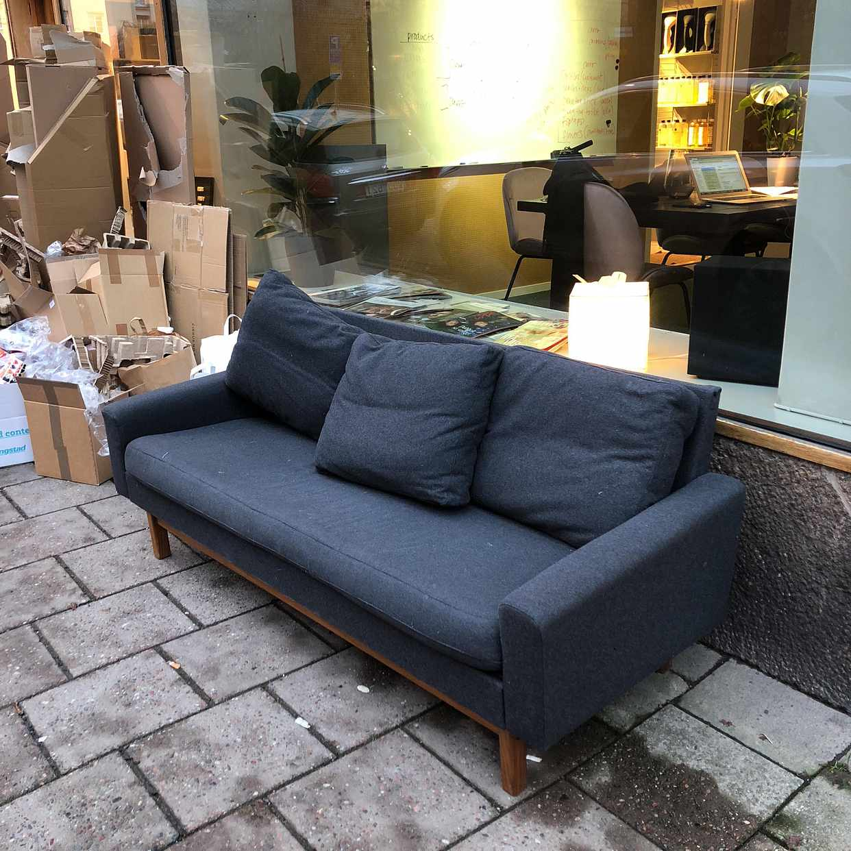 image of Kartonger, soffa,elskrot - Stockholm