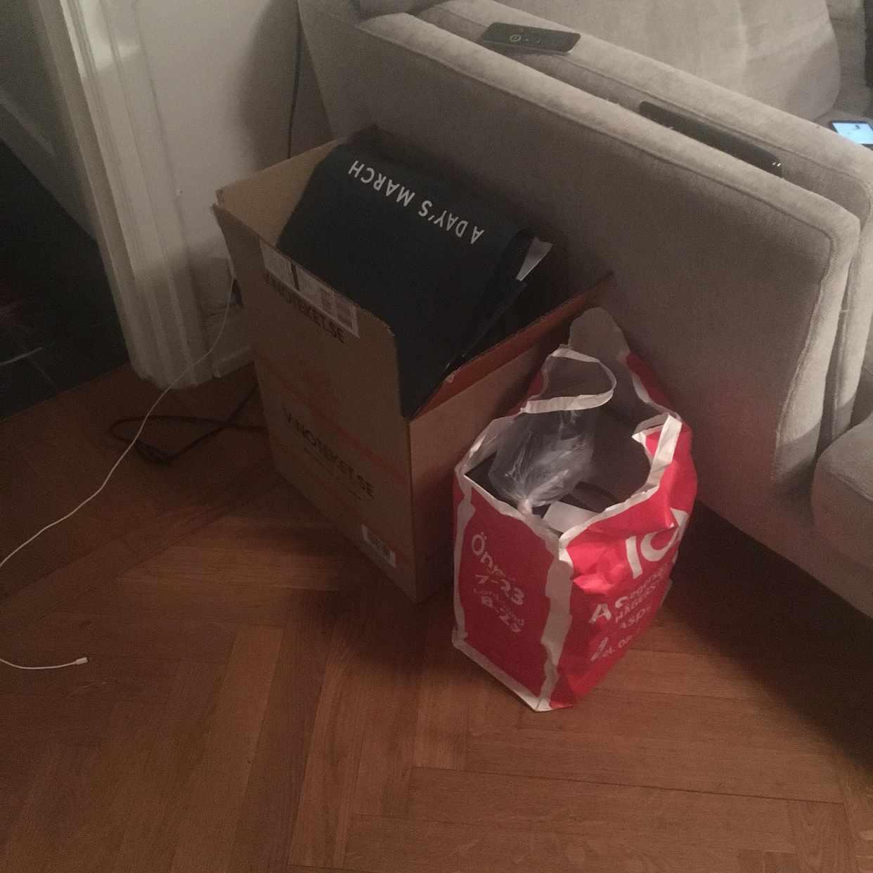 image of Två kassar till återvinn. - Stockholm