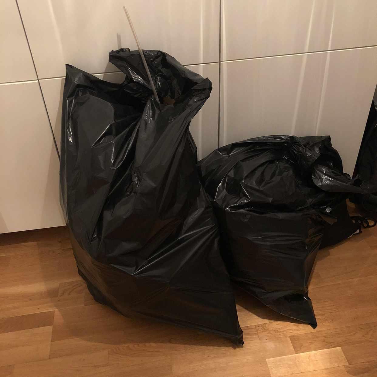 image of 2 sopsäckar med skräp - Solna