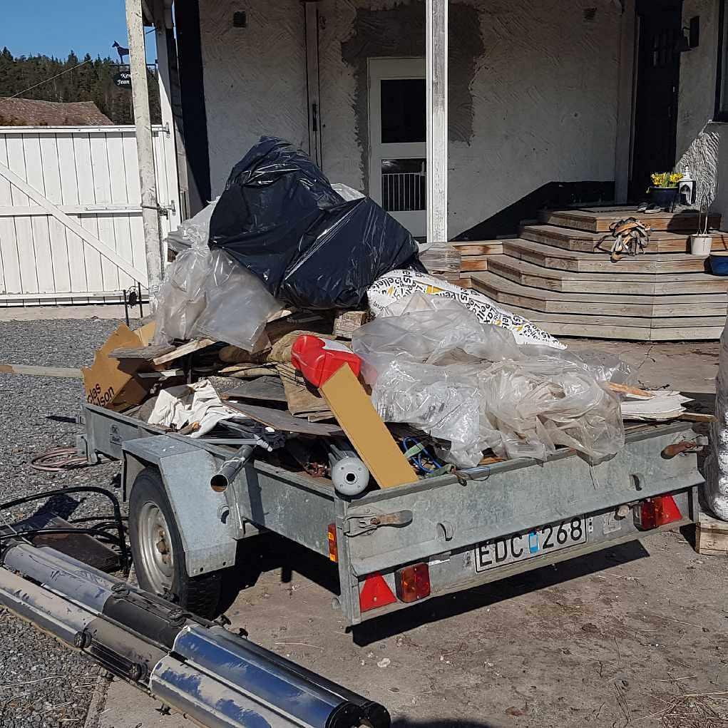 image of Fullt släp + 15 sopsäckar - Rosersberg