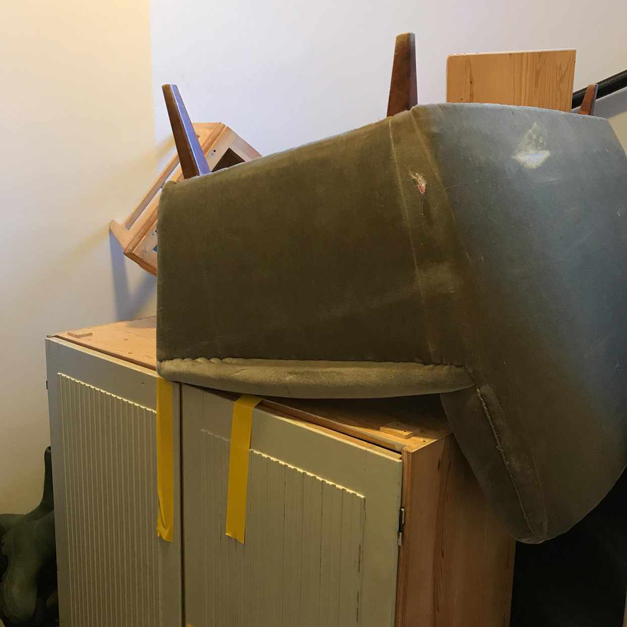 image of En soffa och skåp. - Stockholms Stad