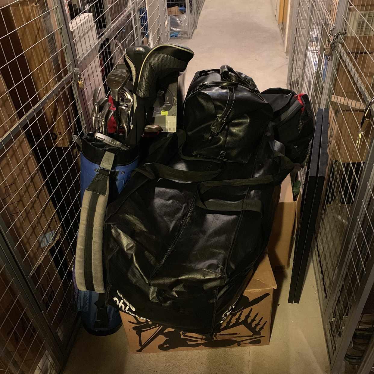 image of Flyttlådor och golfbag -