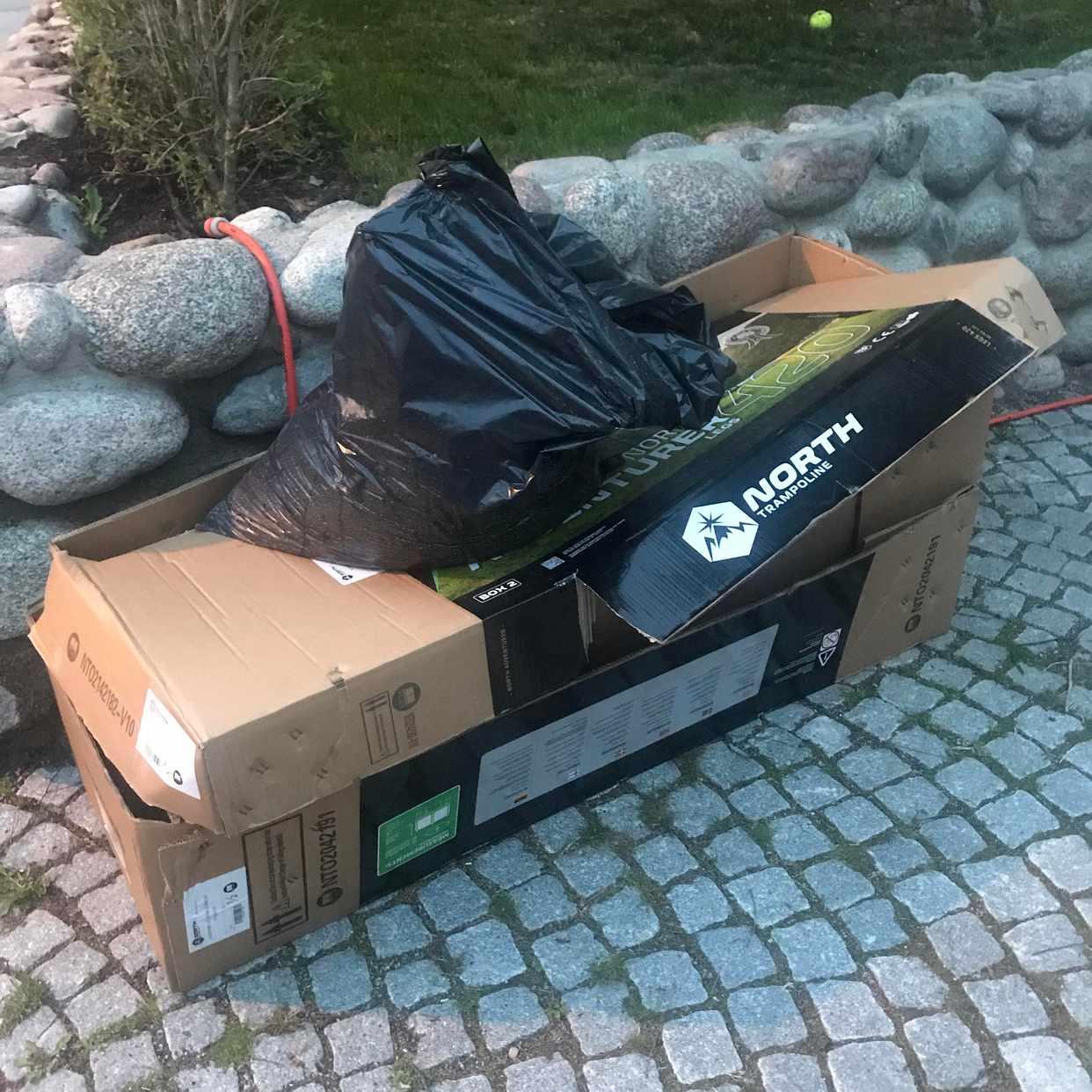 image of Kartong och en säck gräs - Solna