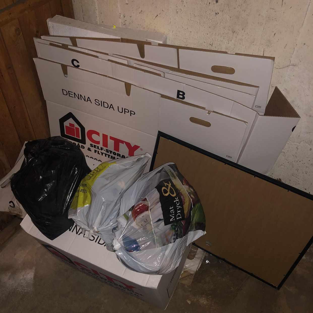 image of låda, kartong och 3 påsar - Årsta