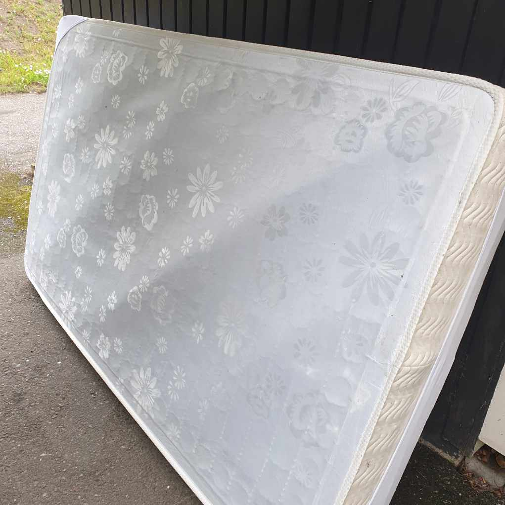 image of Madrass 120 och 1 stol - Hässelby