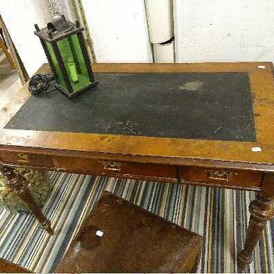 image of Ett skrivbord, två stolar -