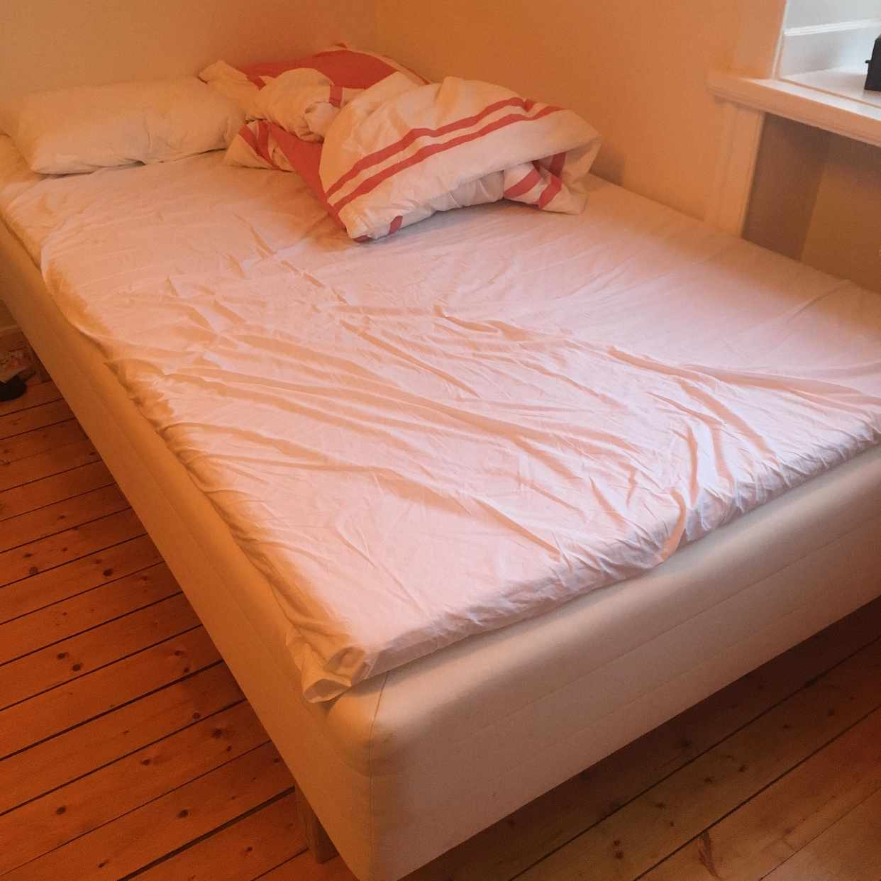 image of Säng, köksbord kastas - Stockholm