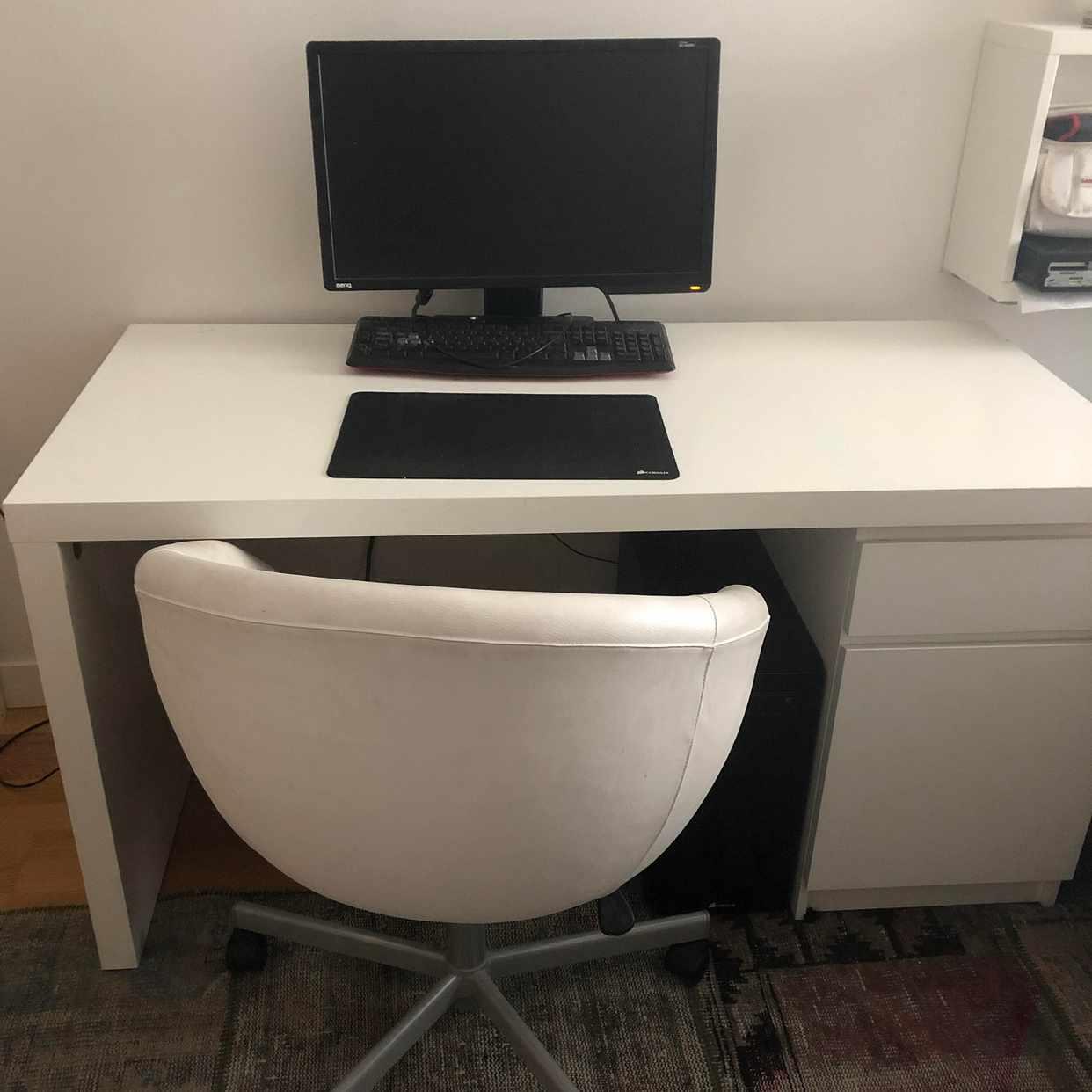 image of Skrivbord, stol och dator -