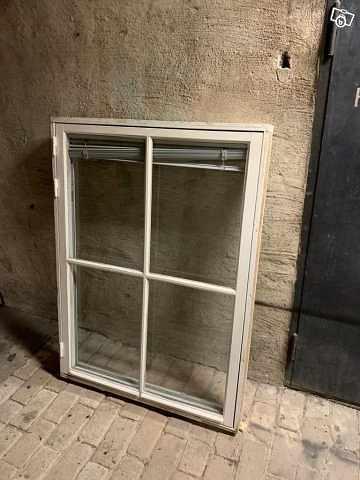 image of 2 Stora fönster med karm -