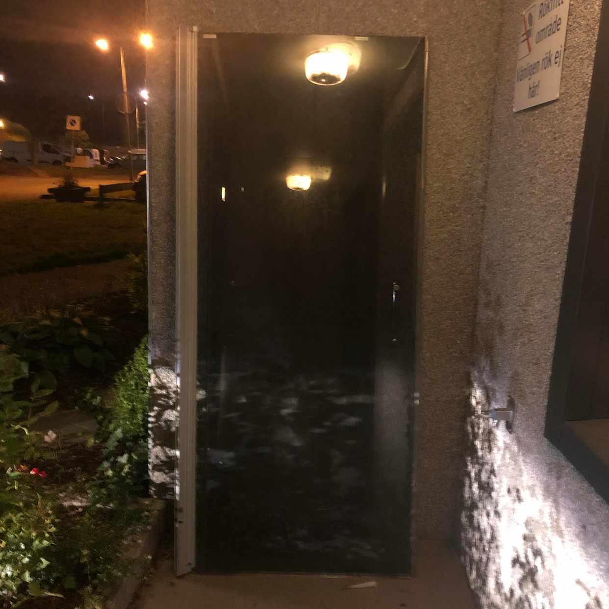 image of 2 st duschdörrar i glas. - Skogås