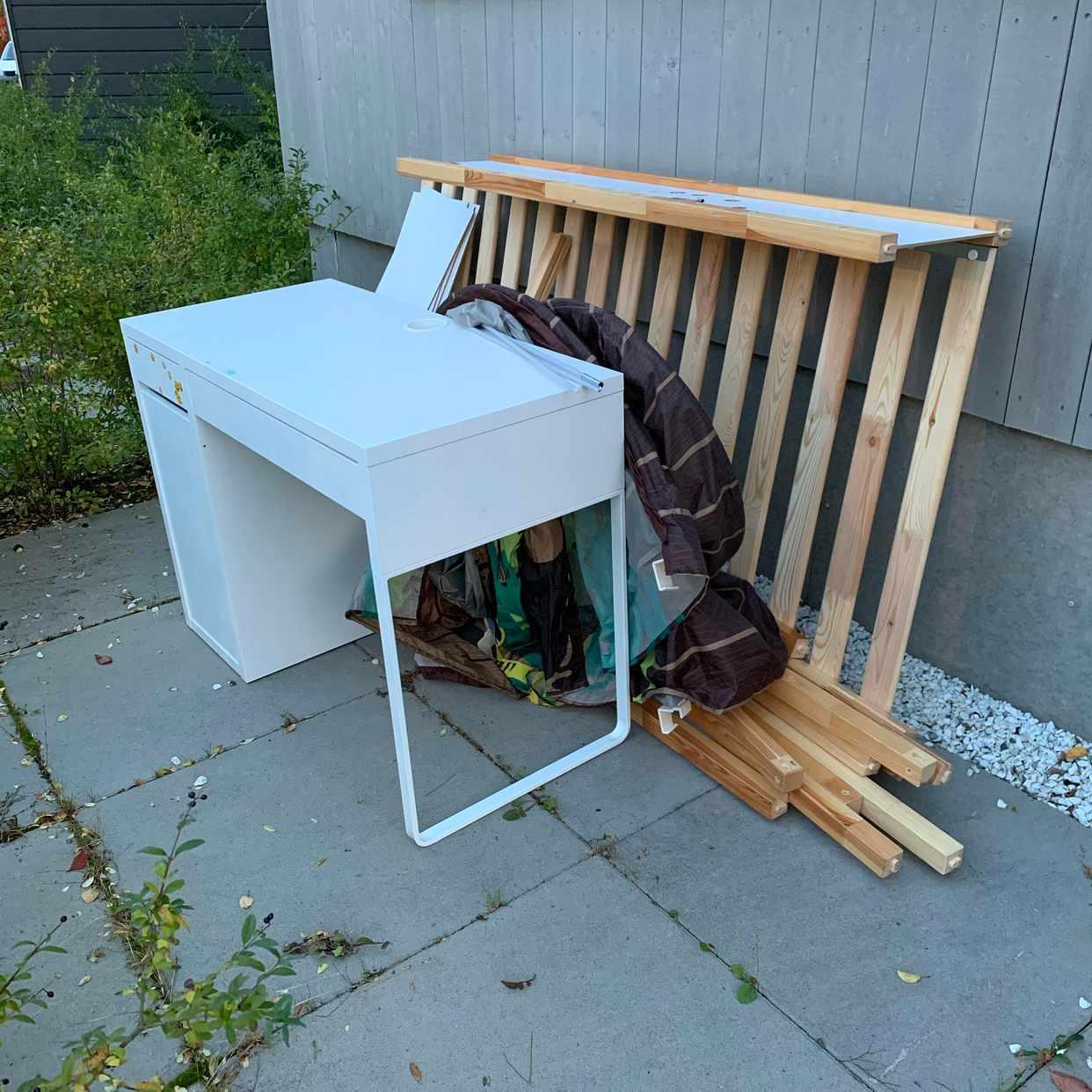image of Gammal säng och skrivbord - Bandhagen