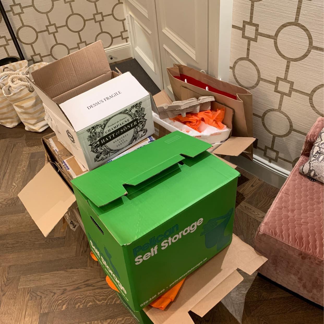 image of Lätta kartonger med skräp - Stockholms Stad