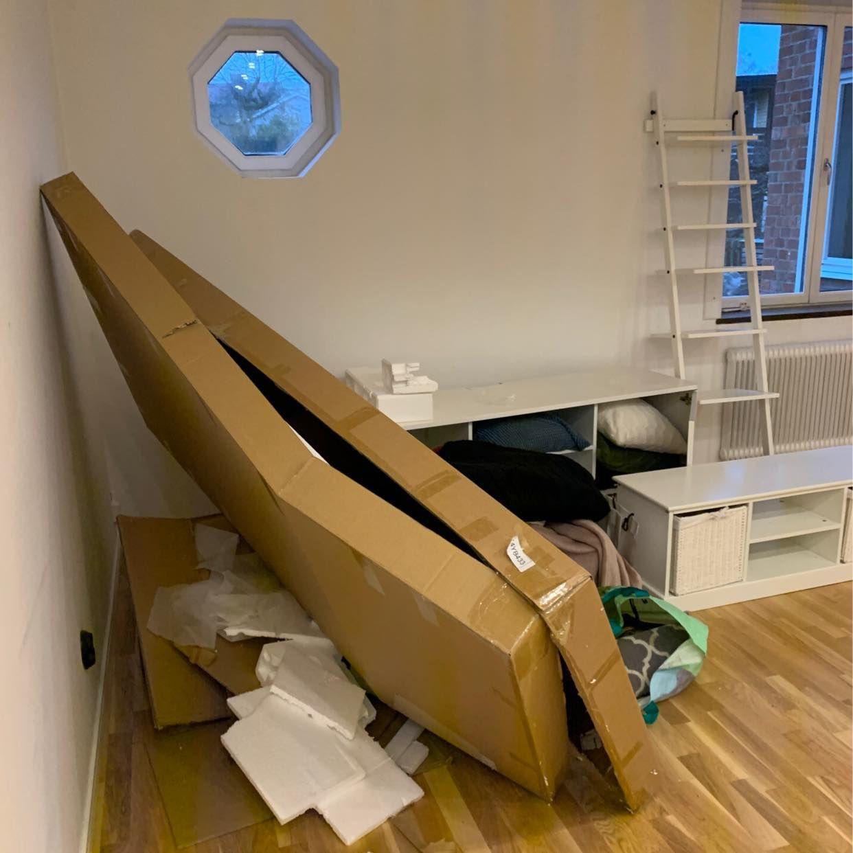 image of Gamla möbler och kartong - Stocksund