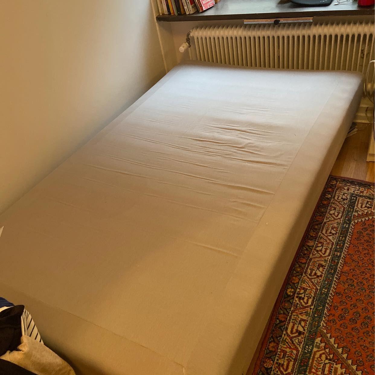 image of 1,20 säng (saknar 1 ben) - Stockholms Stad