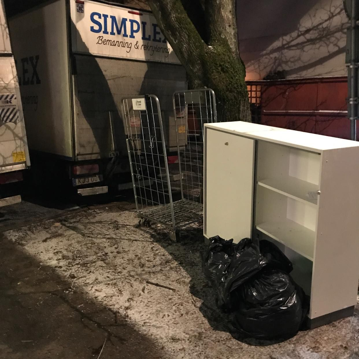 image of Skåp + sopsäck - Hägersten