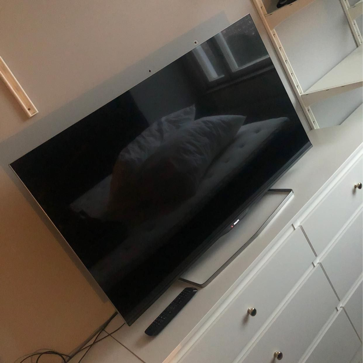 image of TV, resväska och påsar -