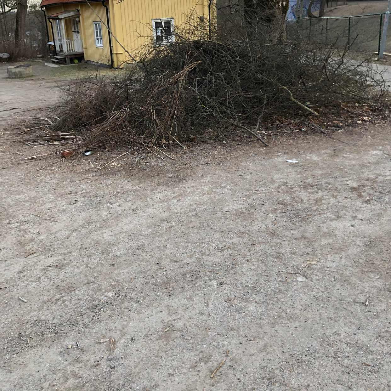 image of Stor hög med ris och gren - Norsborg