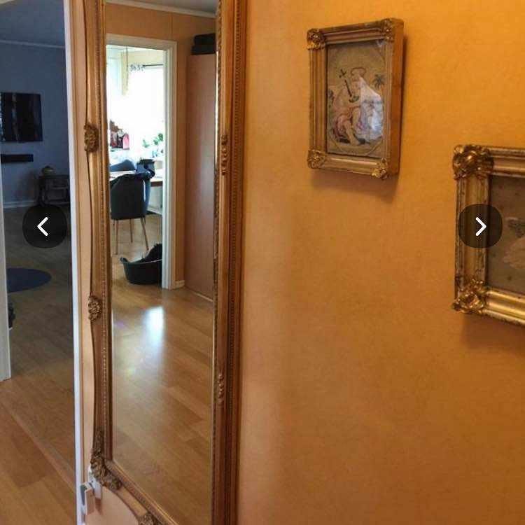 image of En spegel 175 cm hög -