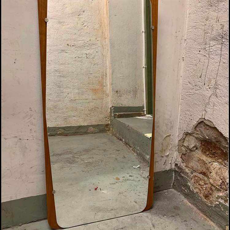 image of En byrå och en spegel -