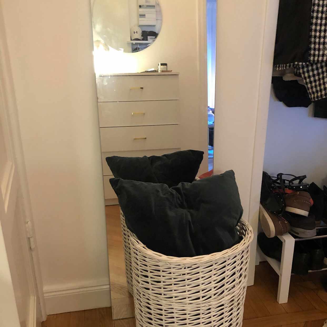 image of En spegel och en korg. - Stockholm
