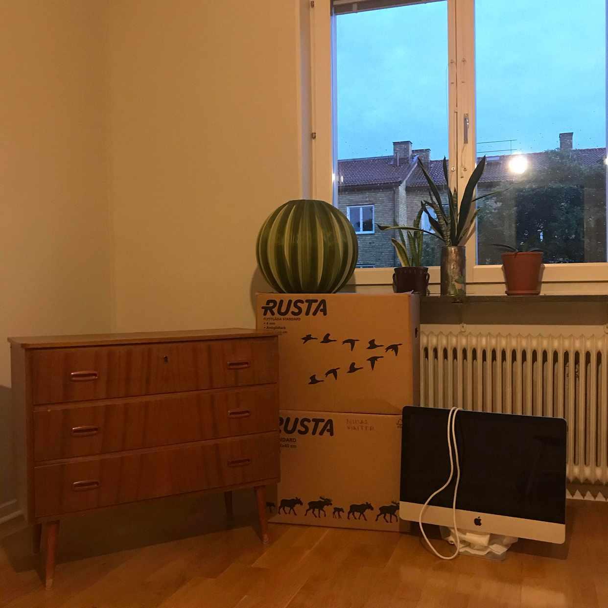 image of Sängar, lådor, sopsäckar - Hägersten