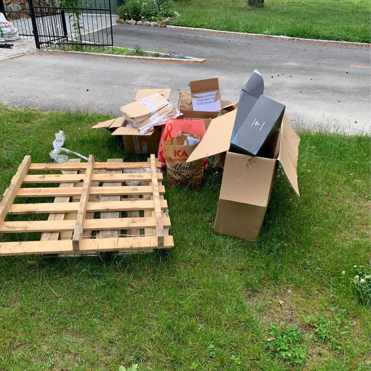image of 2x pallets + cardboard - Bromma