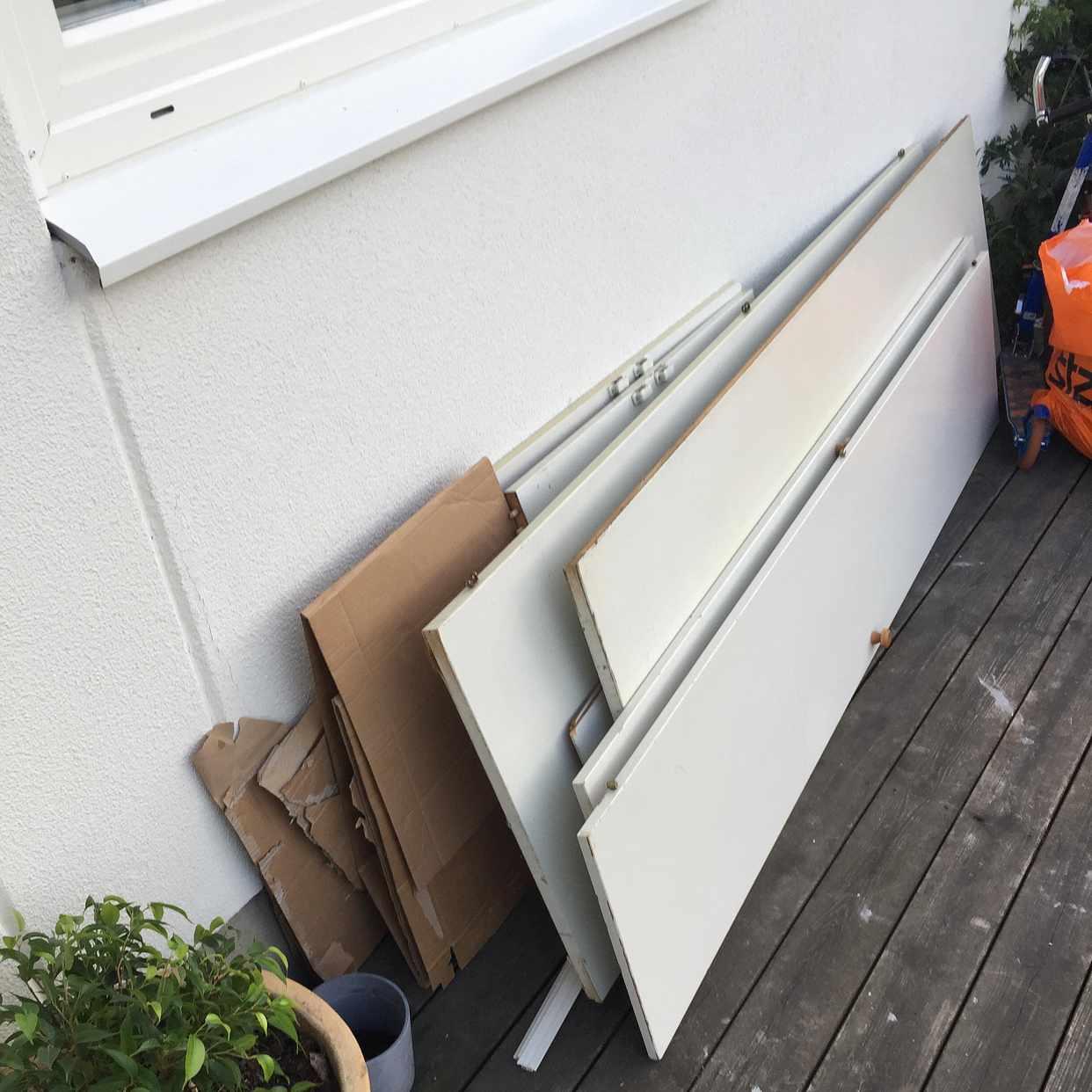 image of En garderob med två dörr - Rönninge
