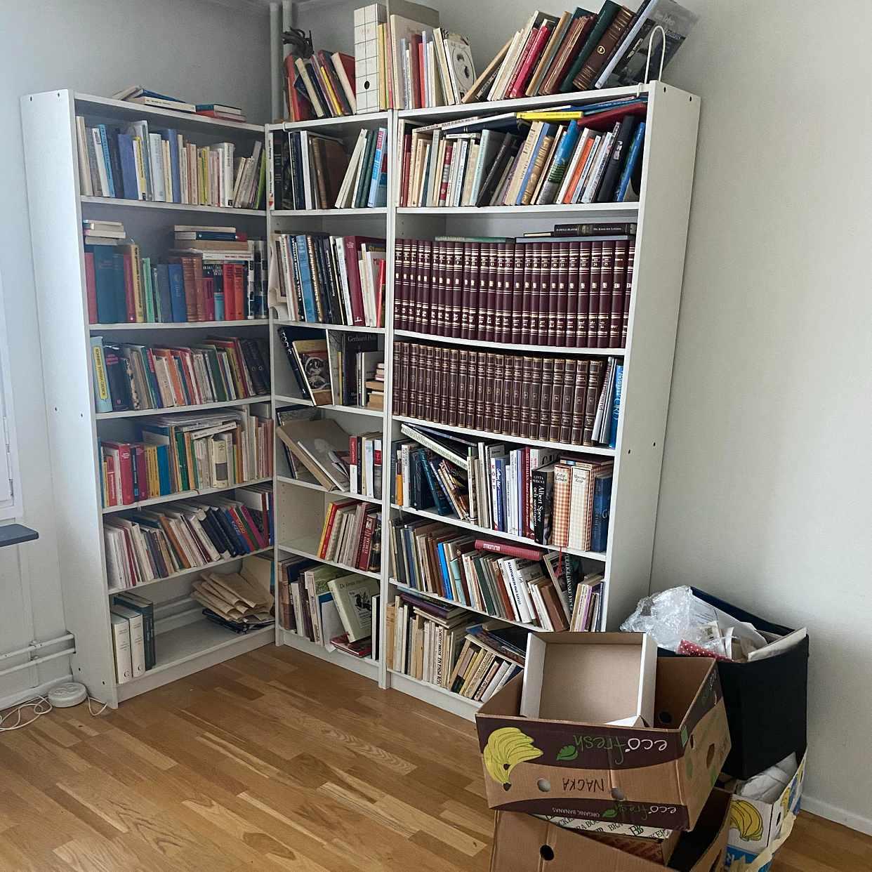 image of Ta bort böcker och hyllor - Solna