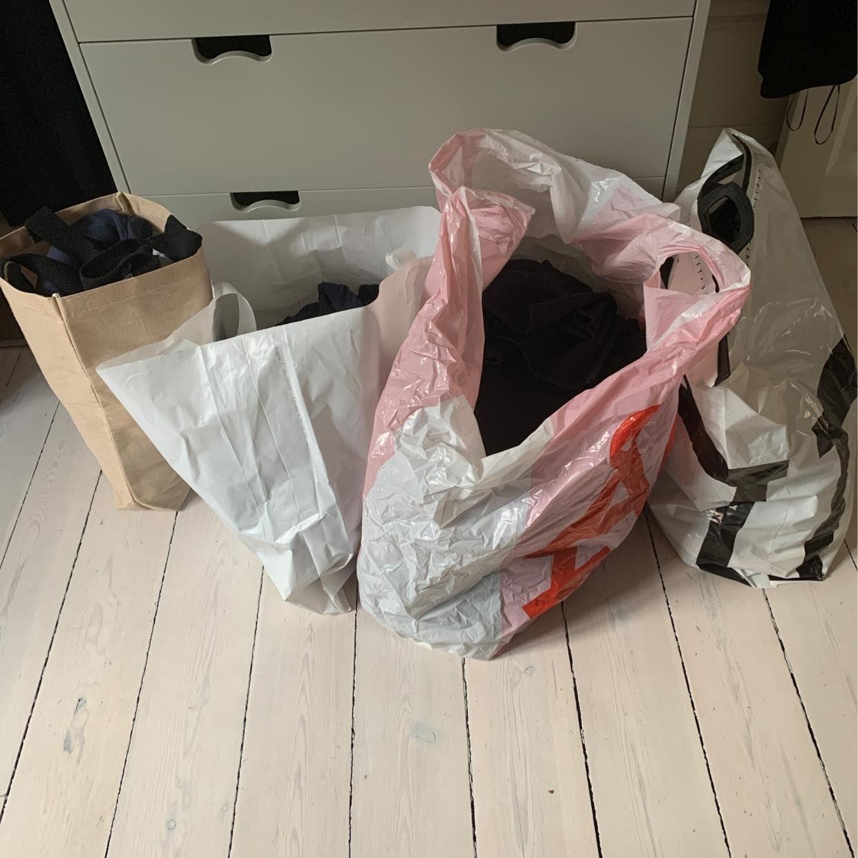 image of 4 kassar med damkläder - Stockholms Stad