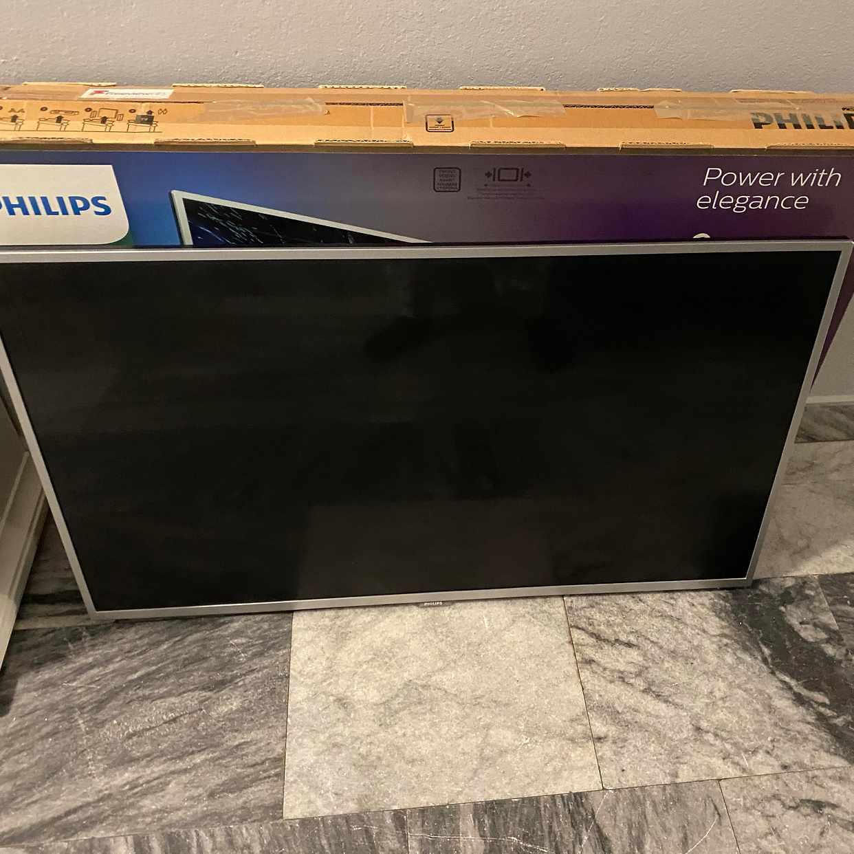 image of TV-bänk och sönder tv - Stockholm