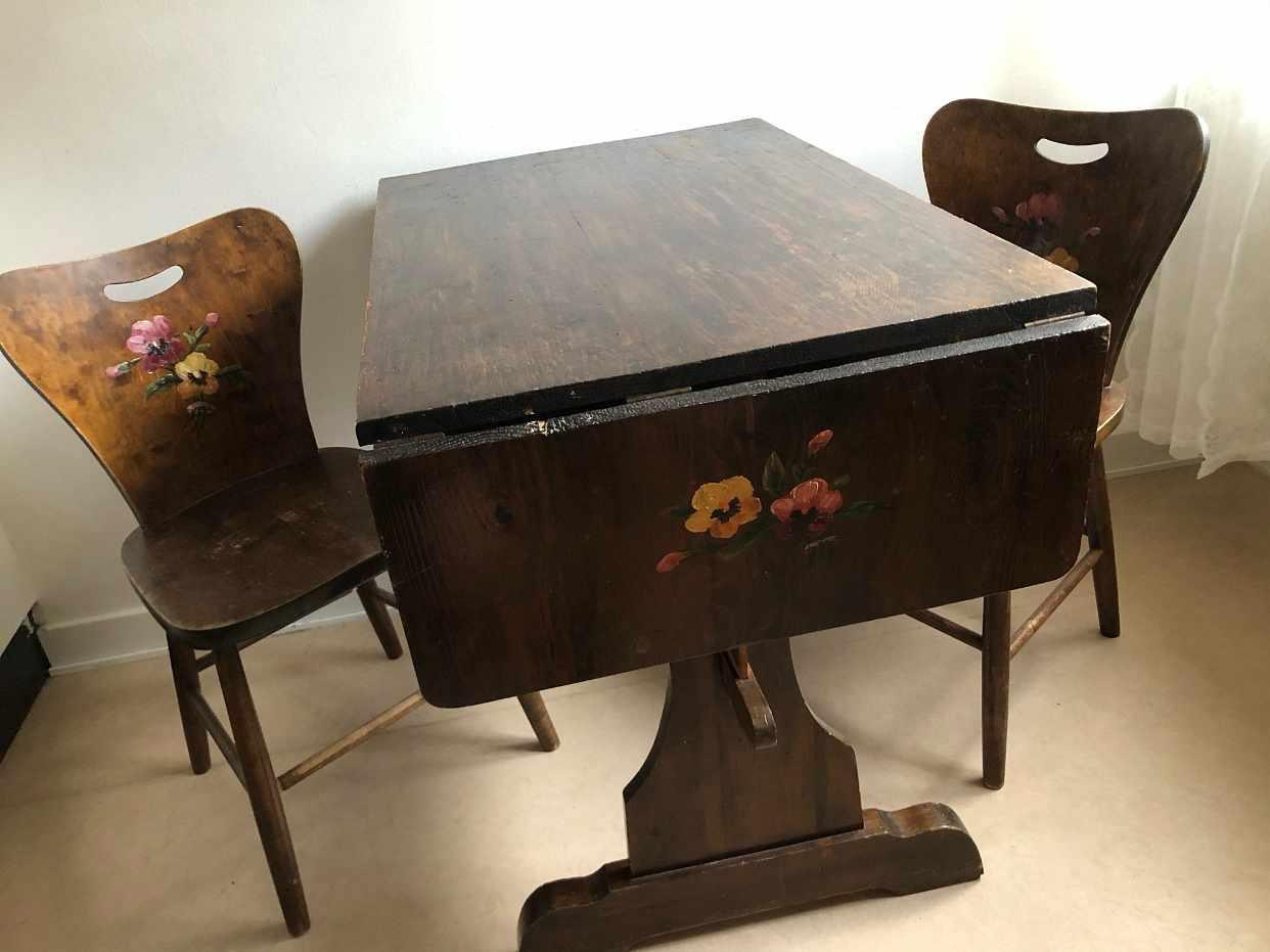 image of Skåp, bord, 4 stolar -