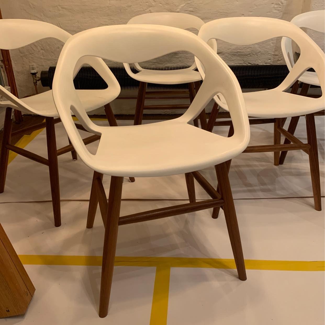 image of 6 vita stolar bortskänkes - Stockholm