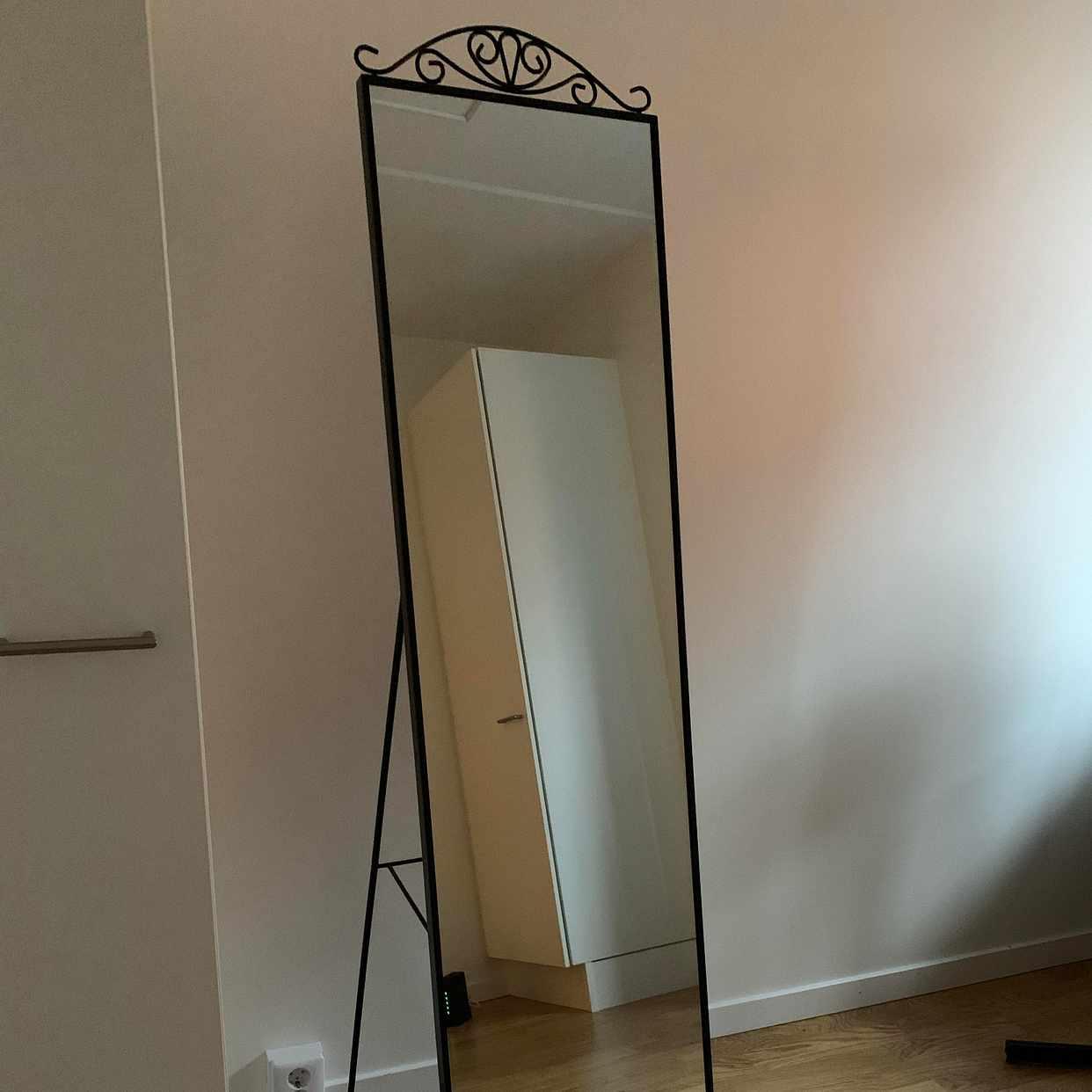 image of Soffa, säng, bord, spegel -