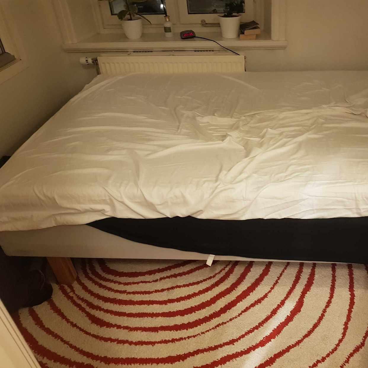 image of Säng, sängram och kartong - Hägersten