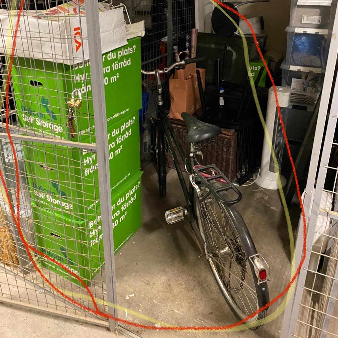 image of 3 kartonger, en cykel - Stockholm