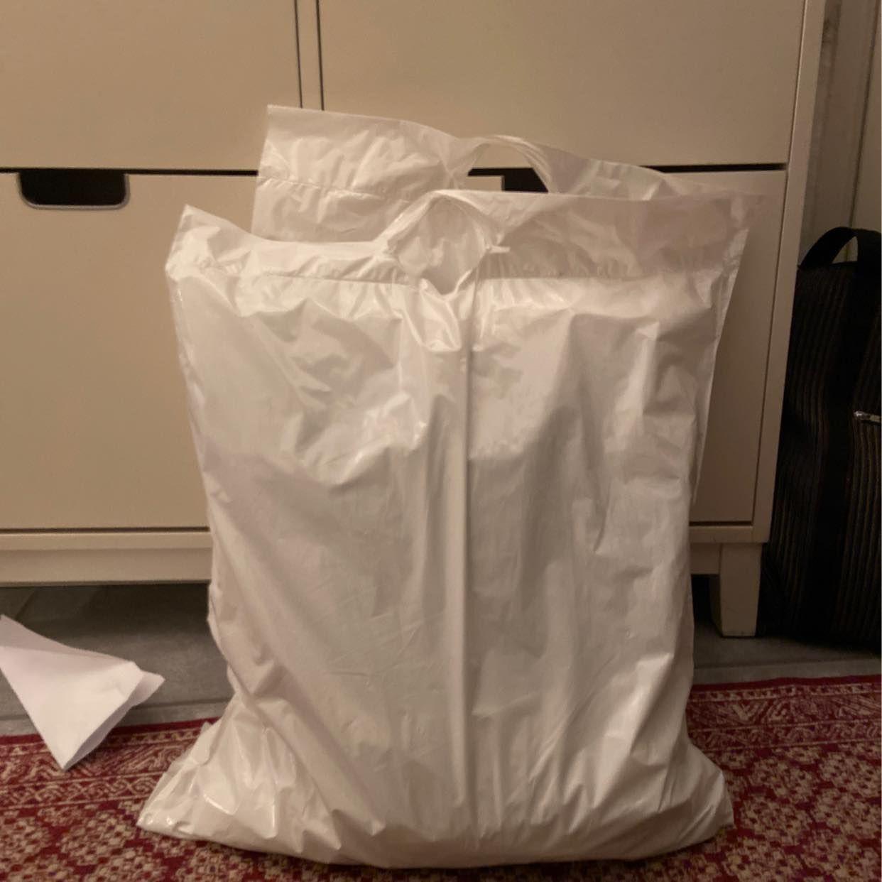 image of Buda ett paket med kläder -