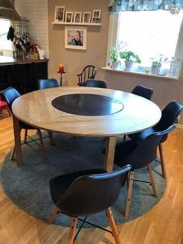 image of Runt bord med 8 stolar -