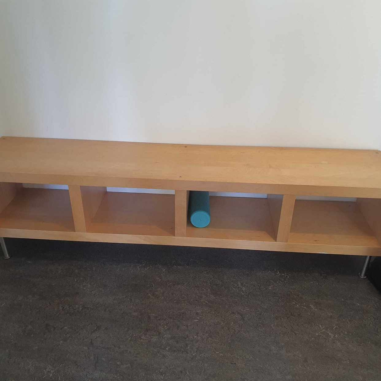 image of En tv bänk och skräp - Spånga