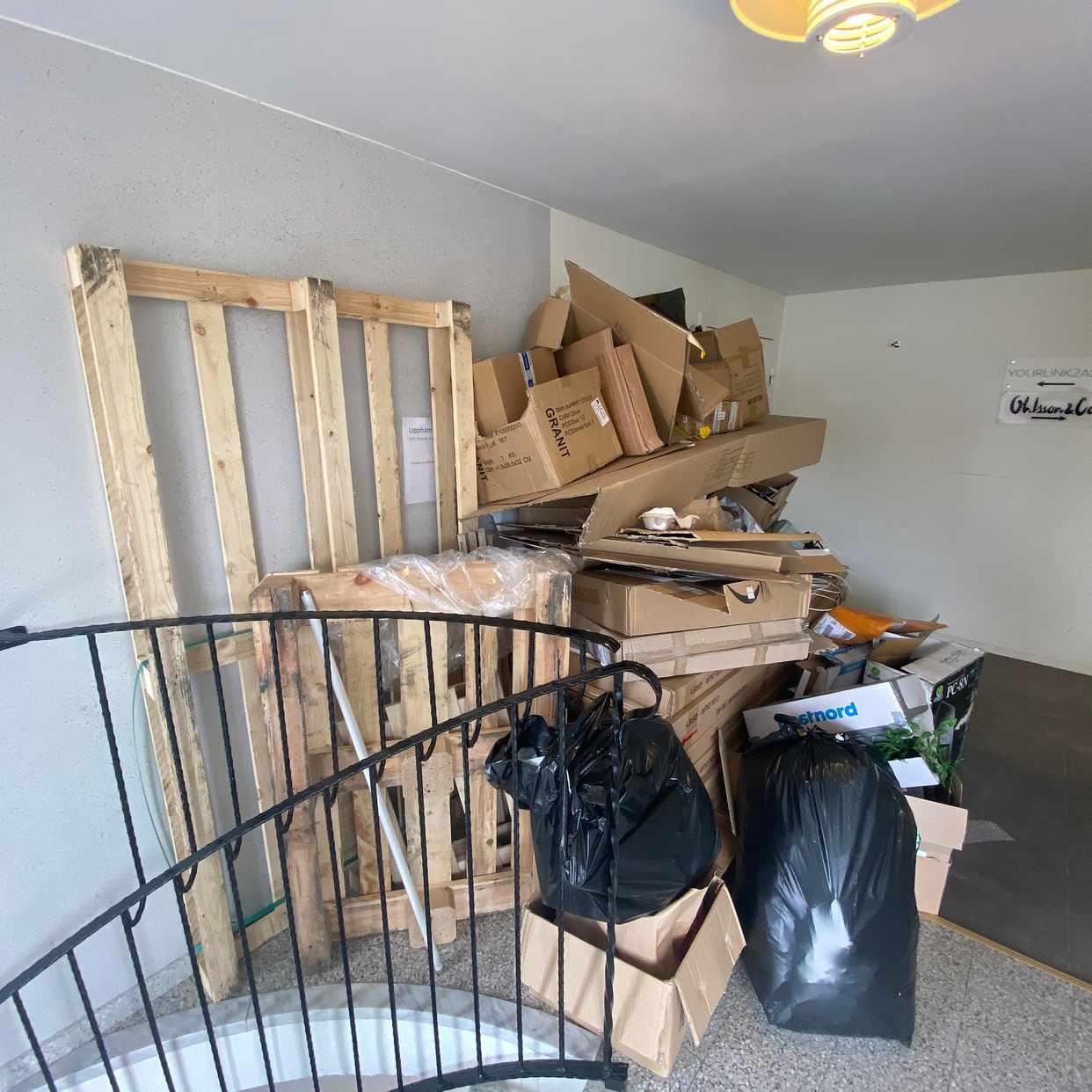 image of Cardboard, Wooden pallet - Södertälje