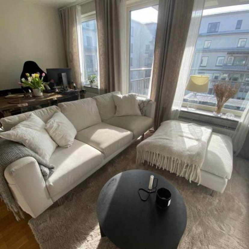 image of En soffa och sittpuff -