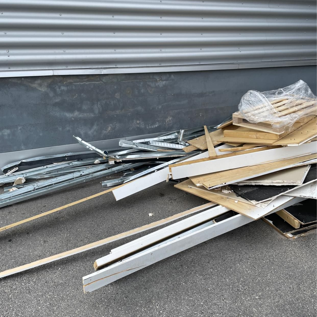 image of Metall, trä, gips m.m - Upplands Väsby