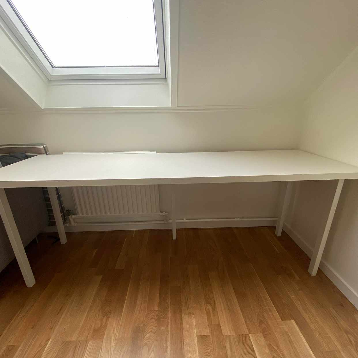 image of Stort vitt skrivbord - Täby