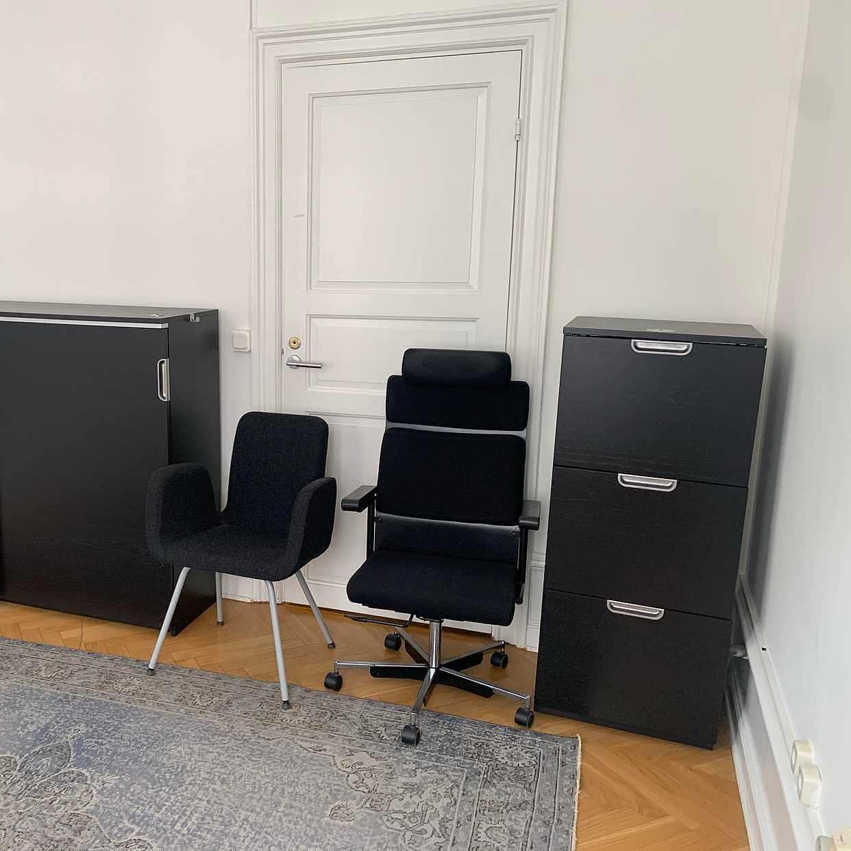 image of Två skåp och två stolar -