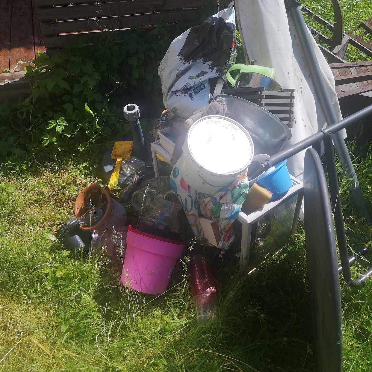 image of Löst skräp på gräsmattan - Tyresö