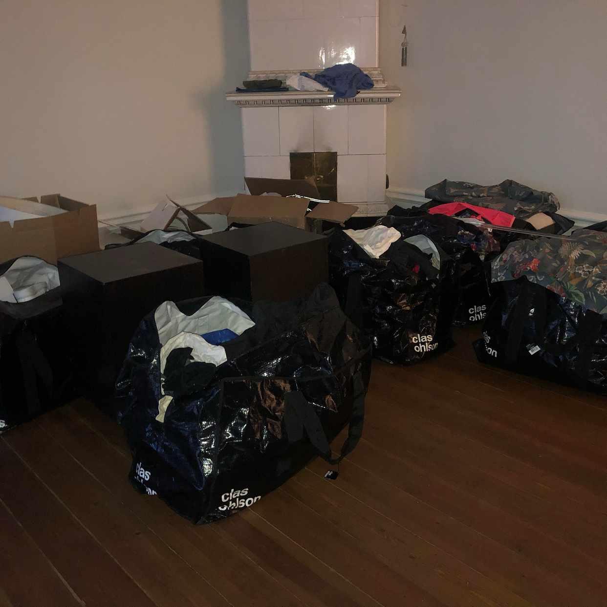 image of Flytt av väskor, säng, TV -