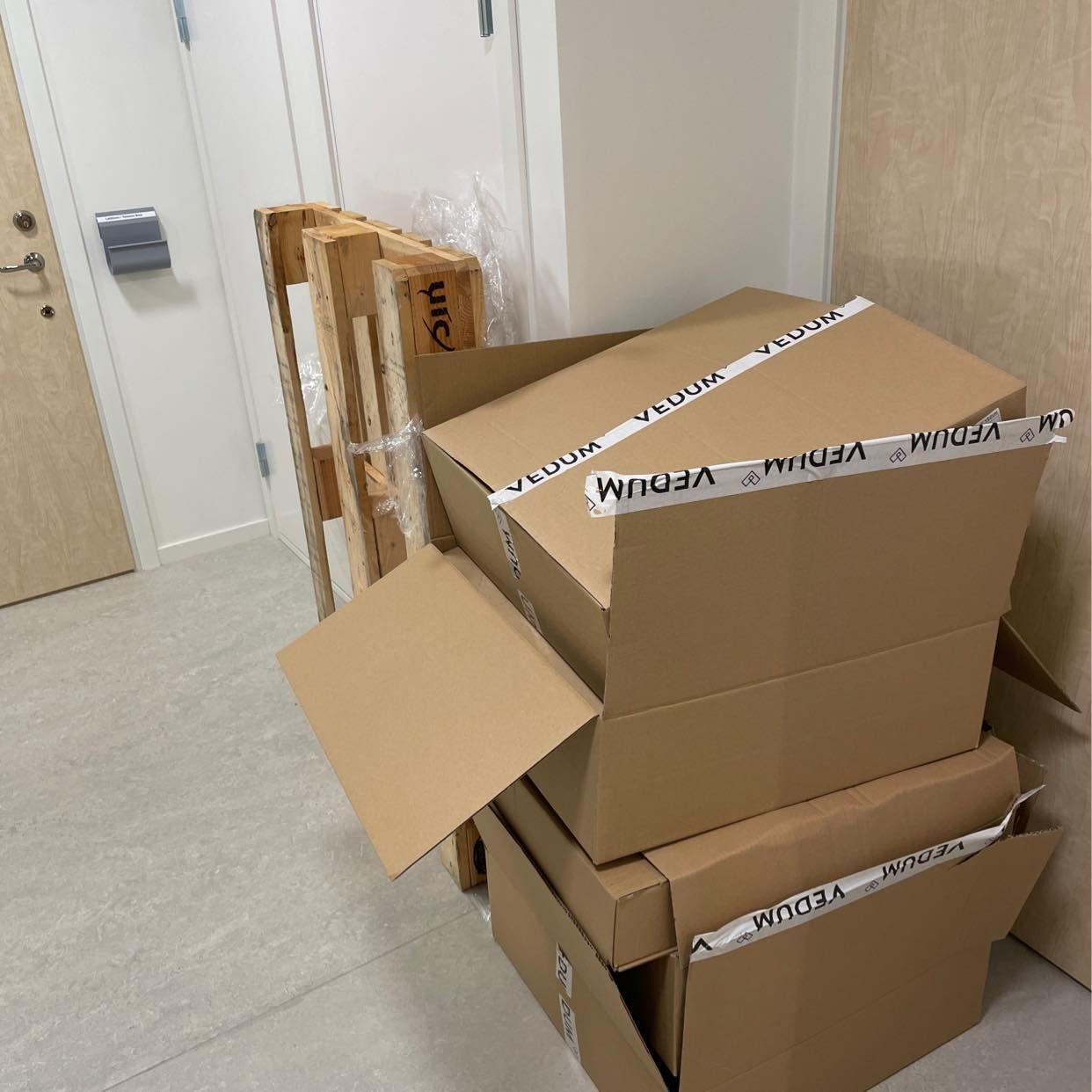 image of Slänga tomma kartonger - Solna