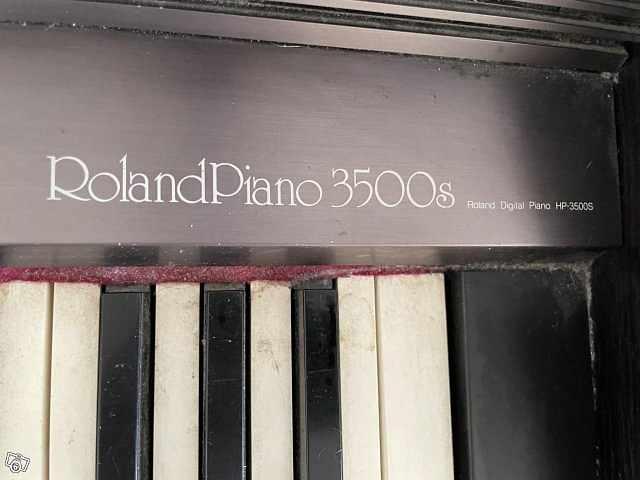 image of Möbel piano, Roland piano -