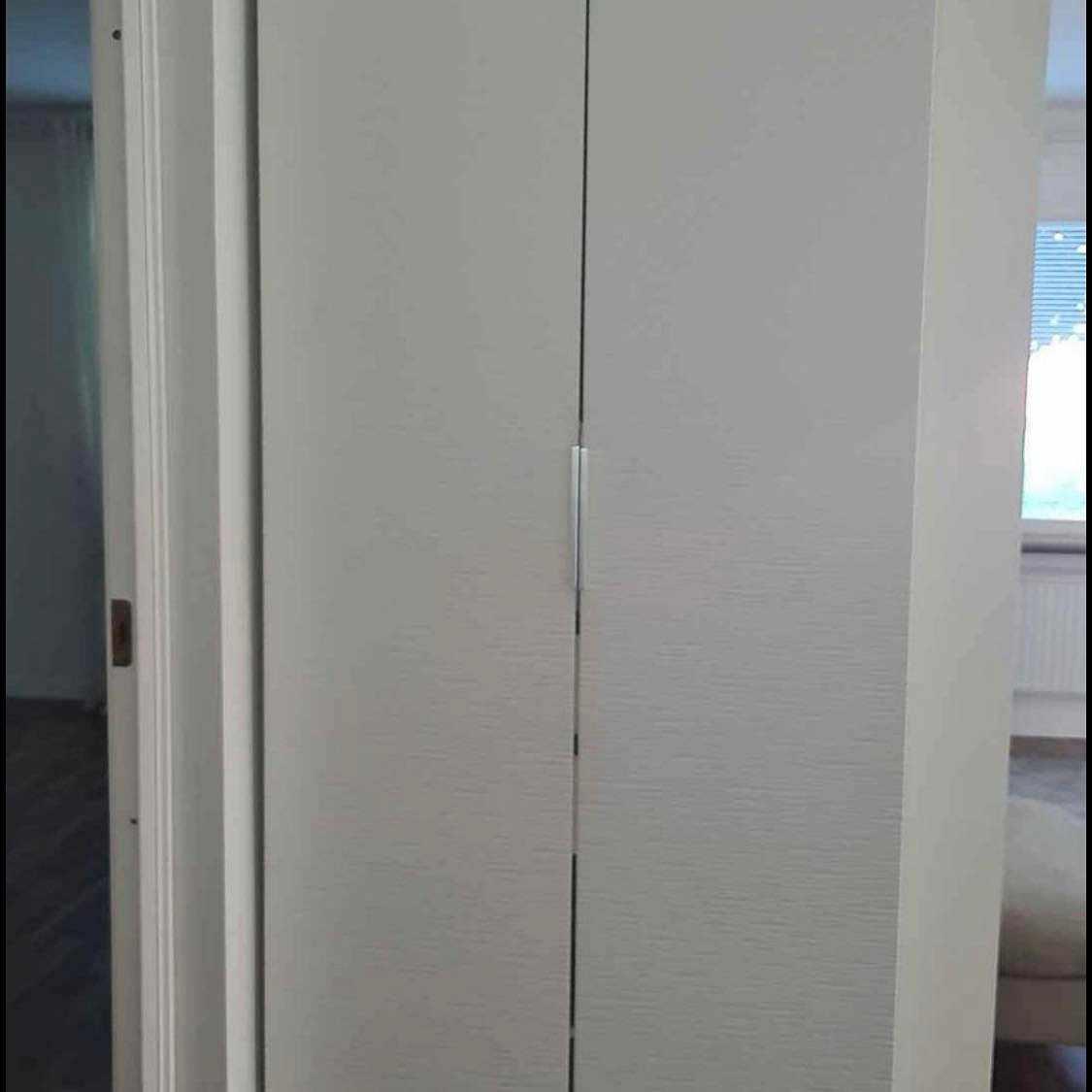 image of Leverera en garderob -